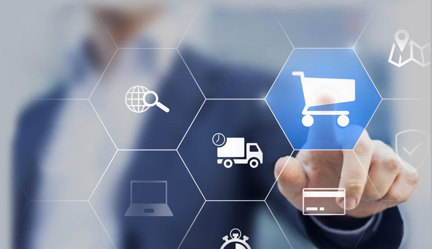 E-Commerce & Online-Marketing KiRa, Geschäftsmann berührt Warenkorb, E-Commerce-Lösung