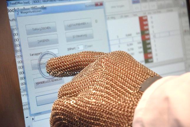 Hand mit Kettenhandschuh betätigt FoodWorks